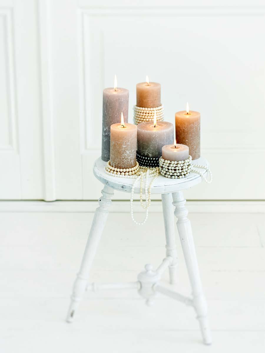 Parelkettingen als kaarsendecoratie